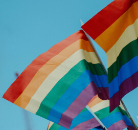¡Nos comprometemos contra la discriminación hacia la comunidad LGBTQ+!